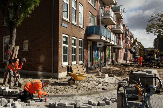 In de Frederikstraat in Oud-Crooswijk wordt al hard gewerkt.
