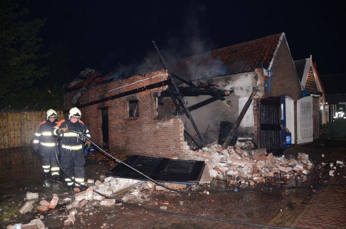 Archief: Een van de afgebrande schuurtjes in Oosterland in 2013.