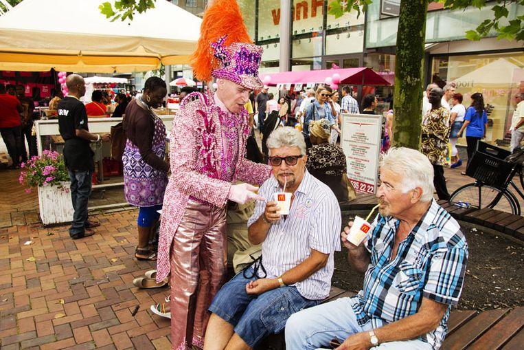 Tussen de shows door maakte de Gebroeders Grimm een praatje met de bezoekers van Winkelcentrum de Amsterdamse Poort.<br /><br /> Beeld Pieter Dammen