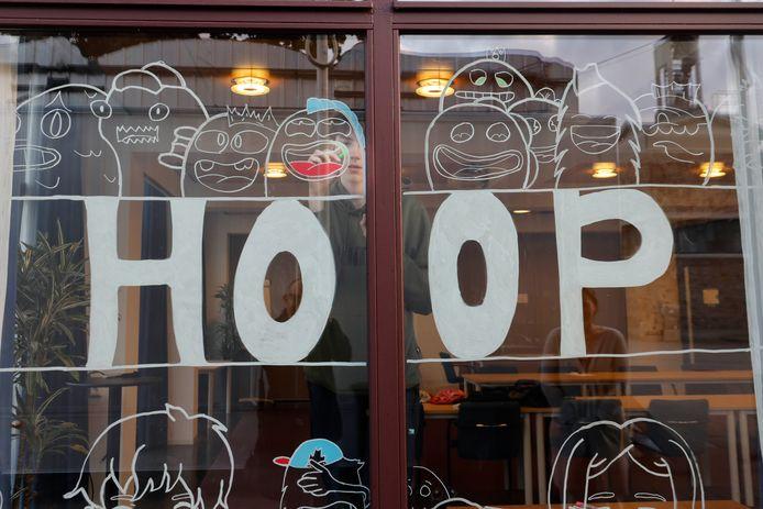 De positieve tekeningen op de ramen van het gemeentehuis in Malden.