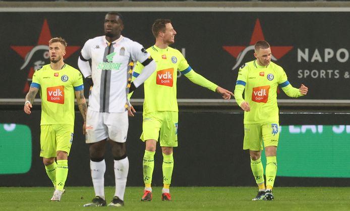 Alexandre De Bruyn (uiterst rechts) viert z'n allereerste doelpunt voor AA Gent.