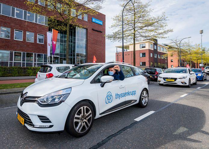 Liftmonteur Erwin Eckhoudt rijdt toeterend langs het kantoor van zijn werkgever, ThyssenKrupp in Capelle aan den IJssel. Hij voerde dinsdag actie met 200 collega's in de metaalsector.