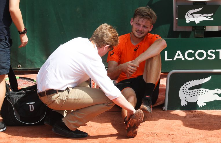 Belgian David Goffin pictured after falling and hurting his ankle at Roland Garros. Beeld BELGA