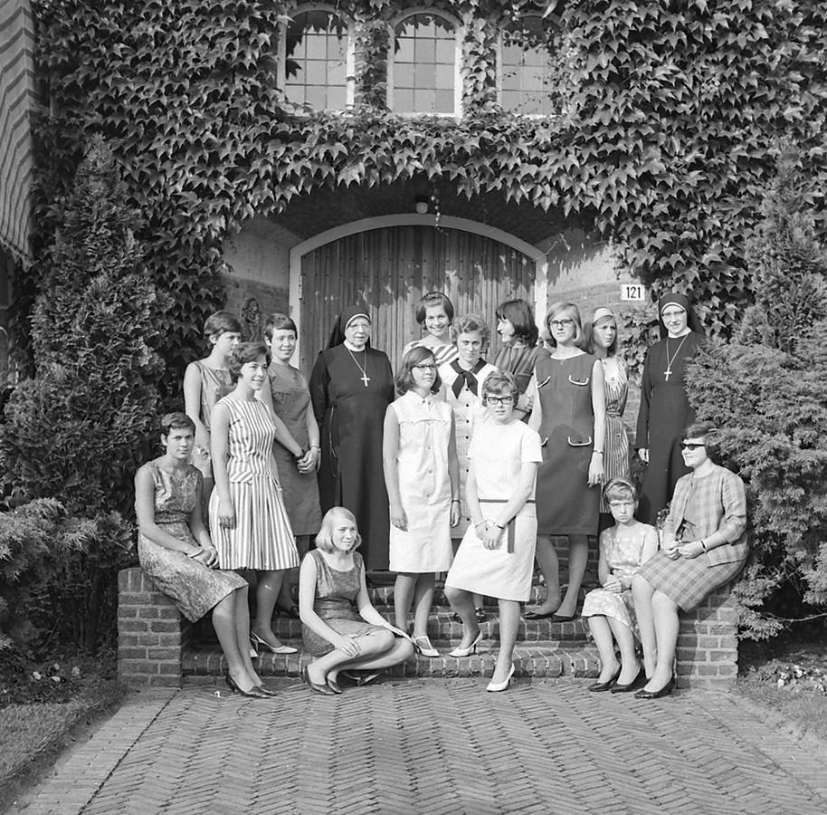 Examenleerlingen voor de Huishoudschool naast het pensionaat aan Hemelrijken