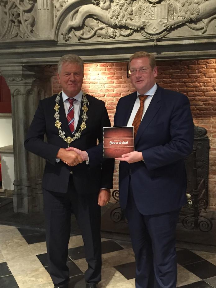 Minister van der Steur en burgemeester Frank Petter.