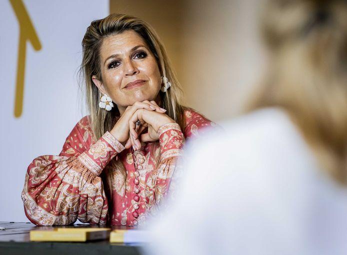 Koningin Máxima in gesprek tijdens een bezoek aan Villa Pinedo. De stichting biedt kinderen en jongeren met gescheiden ouders online ondersteuning en advies.