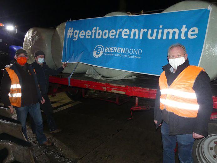 Patrick Plasschaert, Frank Coussens en Eddy Matthys bij de wagen met de slogan.
