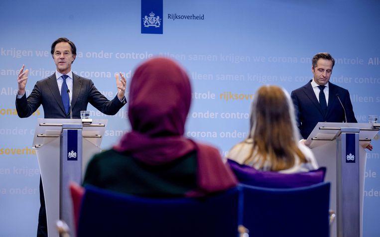 Mark Rutte en Hugo de Jonge tijdens een persconferentie voor kinderen.  Beeld EPA
