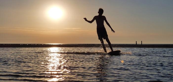Zoon Jayden (12) kan geen genoeg krijgen van het skimboarden in Zeeland.