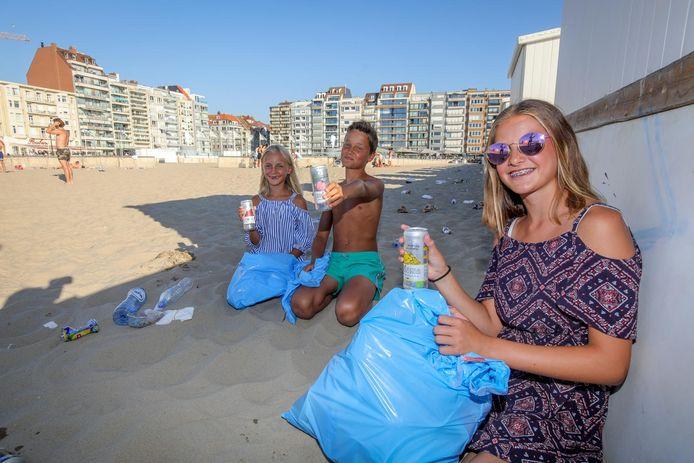 Julie, Jelle en Fleur Van Hansbeke werden door Pura Vida beach club beloond met een limonade omdat ze het strand hielpen opruimen.