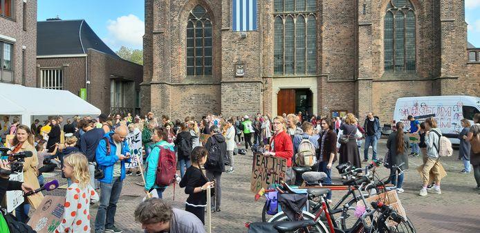 Bij de Walburgiskerk verzamelden de klimaatdemonstranten voorafgaand aan de klimaatmars door Arnhem.