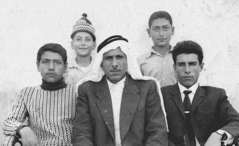 Izzeldin Abuelaish (l.) met zijn vader, twee jongere broers en een halfbroer. Beeld rv