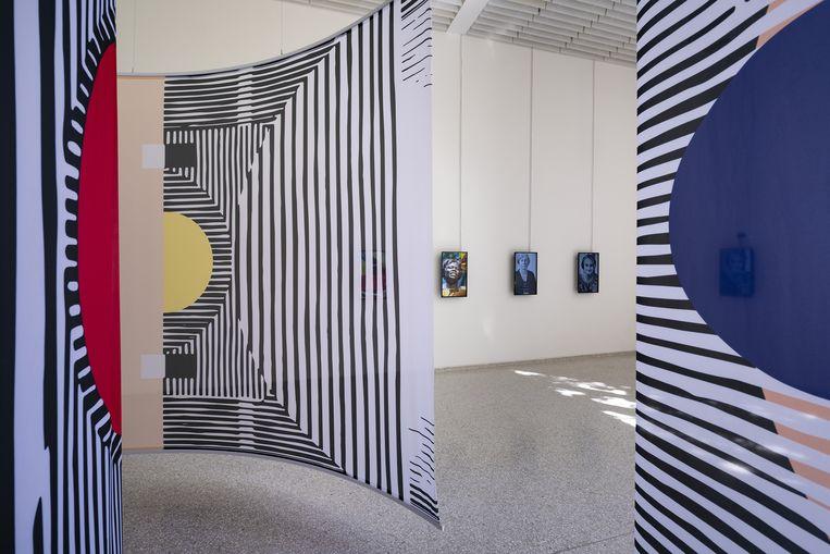 Zwevende wanden van Afaina de Jong en InnaVisions in contrast met de strengheid van Gerrit Rietveld.  Beeld Cristiano Corte