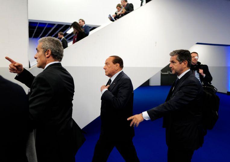De voormalige premier van Italië, Silvio Berlusconi (M).