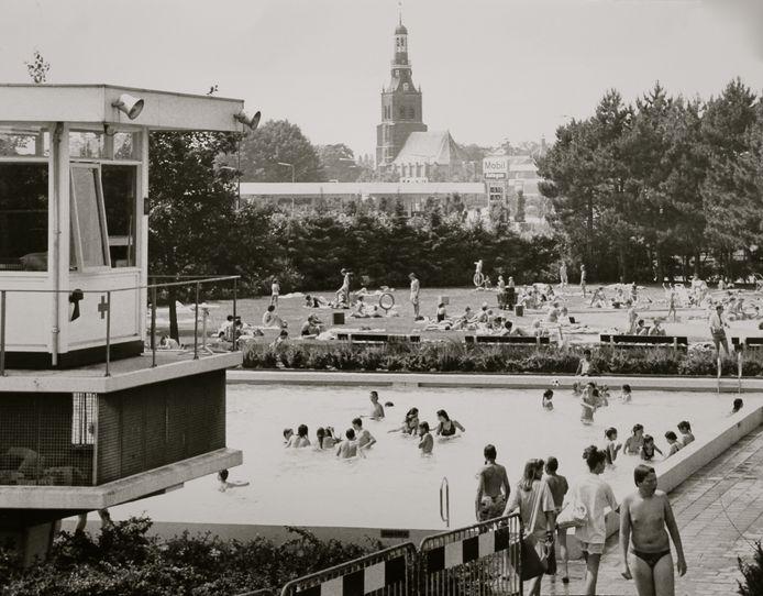 Drukte in het buitenbad op 17 juni 1989. De Banakker verwelkomt dan de 22.000e bezoeker.