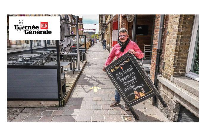 Alain Vansevenant biedt zo'n 25 lokale biertjes aan in biercafé Sint-Arnoldus in Ieper.