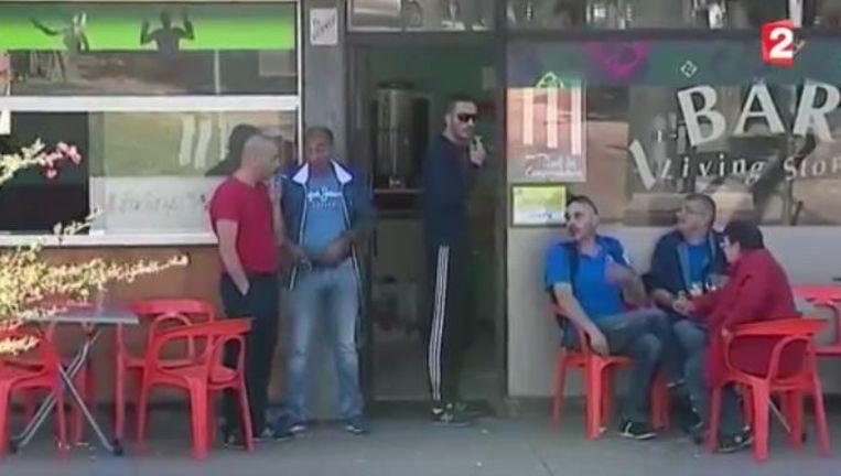 Een typisch café in een buitenwijk van Parijs. Waar zijn de vrouwen? Beeld videostill