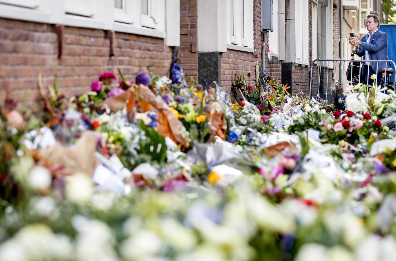 Bloemen bij het kantoor van de doodgeschoten advocaat Derk Wiersum. De raadsman van kroongetuige Nabil B. werd op straat in Amsterdam-Buitenveldert geliquideerd.
