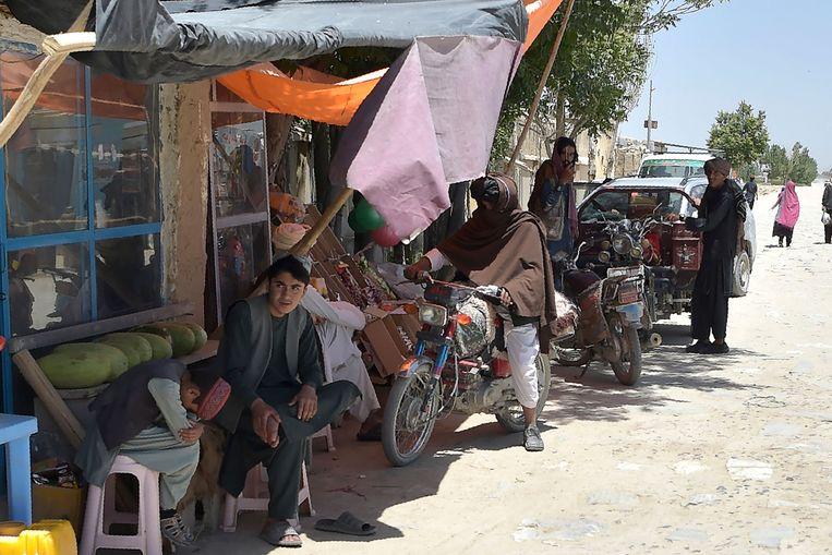Talibanstrijders staan met hun motoren bij een lokale markt in het Andar-district in de Afghaanse provincie Ghazni, 3 juni. Beeld AFP