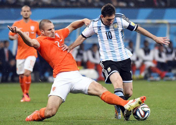 Ron Vlaar zet een perfecte sliding in op Lionel Messi.
