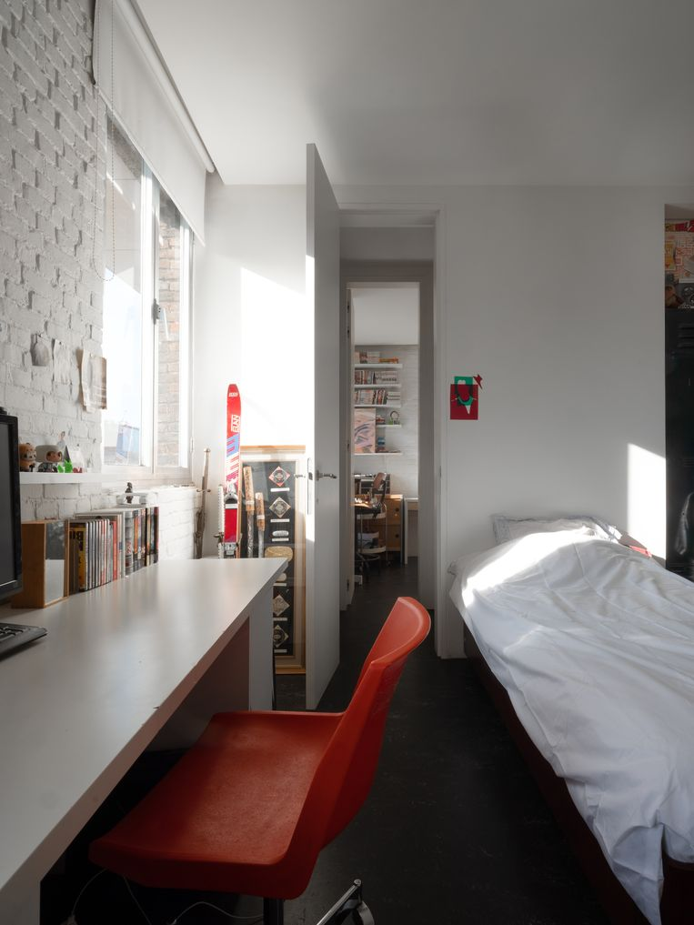 Na de komst van de kinderen werd de loft op de eerste verdieping ingedeeld in twee kinderkamers, die via een gemeenschappelijke badkamer met elkaar verboden zijn.  Beeld Bart Kiggen