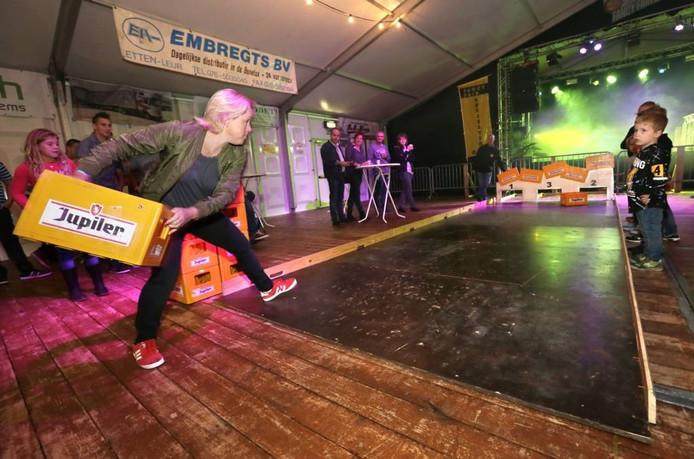 Het team van café Krisje in actie bij de wedstrijd bierkratsjoelen. Een sport die moeilijker is dan het lijkt, zo merkten de deelnemende Rijsbergenaren. foto Joyce van Belkom/pix4profs