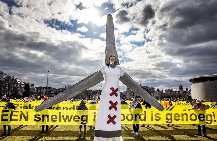 De anti-windmolen demonstratie vanaf het Museumplein. Beeld Jean-Pierre Jans