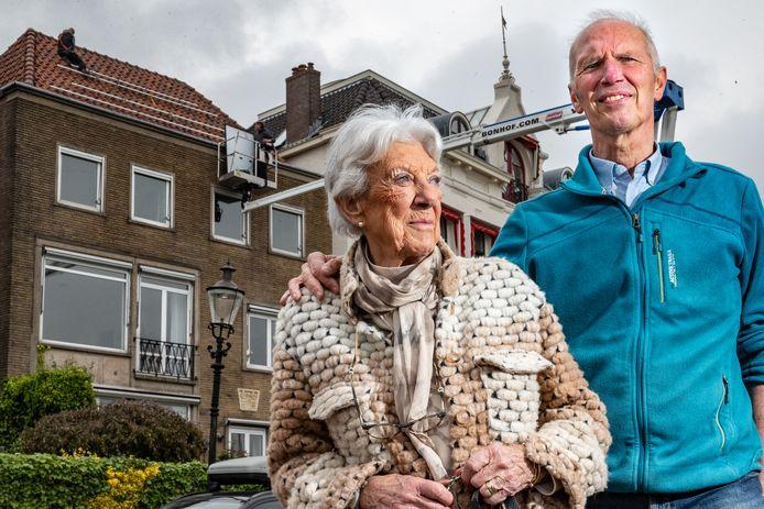De zonnepanelen op het pand van Marco Slingerland worden verwijderd. Marco en zijn 87-jarige buurvrouw.