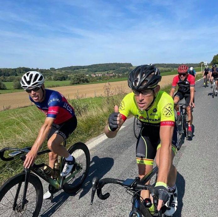 Kurt Smits (l.) en Kris Verhulsel (r.) onderweg tijdens één van de ritten doorheen Frankrijk