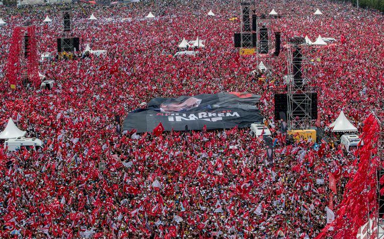 Aanhangers van de Turkse presidentskandidaat Muharrem Ince tijdens een toespraak in Istanboel. Beeld EPA