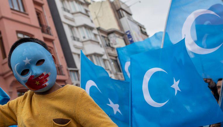 Archiefbeeld van een kind dat protesteert tegen de onderdrukking van de Oeigoeren tijdens een demonstratie in Istanbul. Beeld EPA