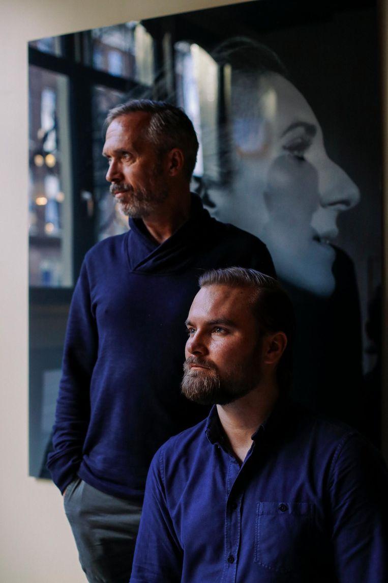 Jeroen Oude Sogtoen (l) en Fredrik Dalman, op de achtergrond de foto van Mona di Orio Beeld Bart Koetsier