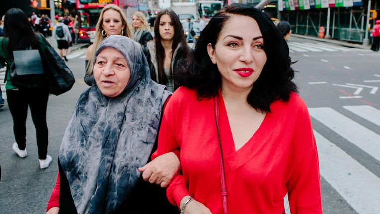 Nazmiye Oral en haar moeder in New York. Beeld Alex Welsh