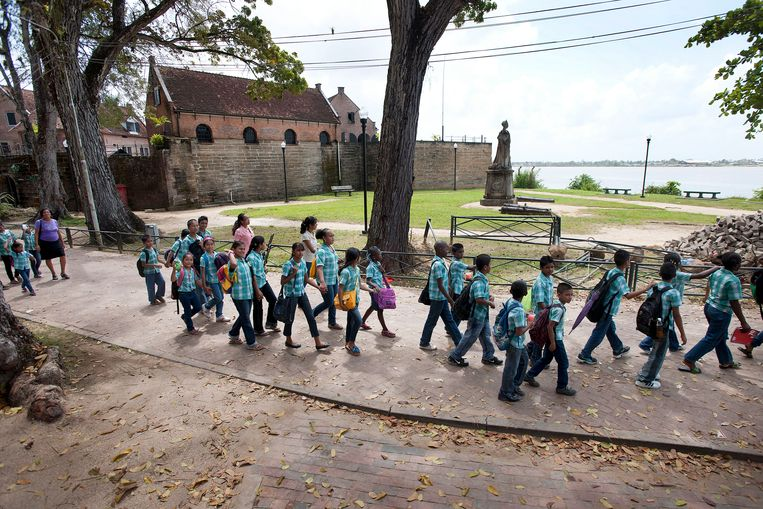 Een klas met Surinaamse kinderen op excursie in Fort Zeelandia, de plek waar 1982 de tegenstanders van legerbevelhebber Desi Bouterse  werden vermoord. Beeld Guus Dubbelman / de Volkskrant