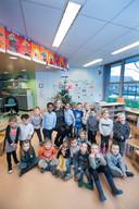 Diana Brouwer met leerlingen van de Isandraschool.