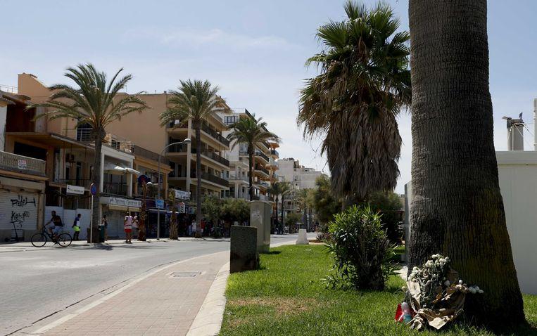 Bloemen ter nagedachtenis aan de overleden 27-jarige Carlo Heuvelman uit Waddinxveen, op Palma de Mallorca. Beeld ANP