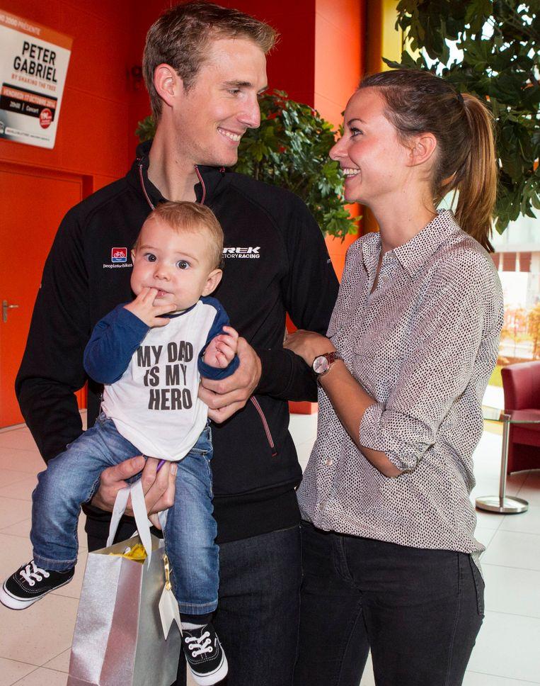 Andy Schleck met zoon Teo en vrouw Jil. Beeld PHOTO_NEWS