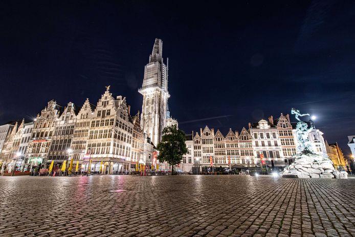 Een lege Grote Markt in Antwerpen vanwege de avondklok.