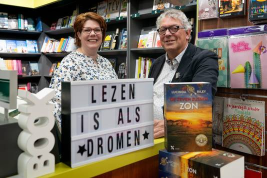 Dochter Marieke en vader Piet van Esch in hun Read Shop in Sint-Michielsgestel