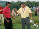 Ángel Cabrera (r) en Tiger Woods in 2007 na winnen van de US Open.