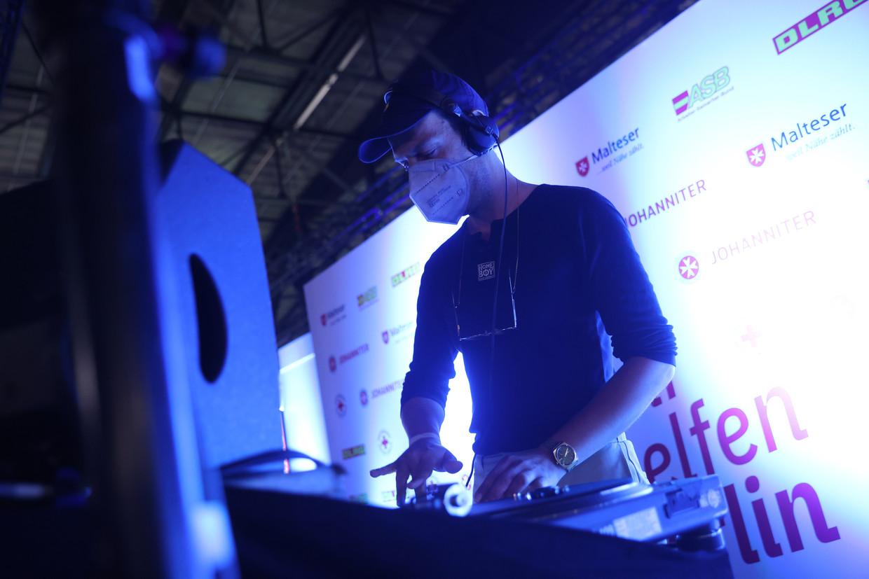 Een dj zorgt voor technobeats op de 'Lange Nacht des Impfens' in de Berlijnse Arena club. Beeld Getty Images