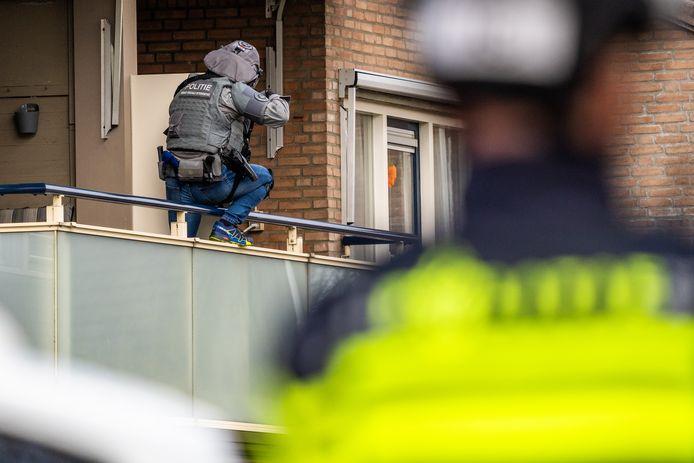 Een verwarde man weigerde woensdag een gedwongen opname door de GGD en dreigde daarop zijn woning in Best in brand te steken.