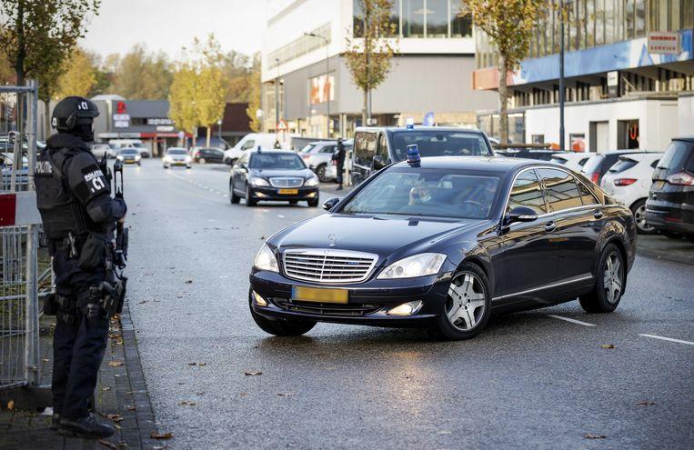 Een beveiligde auto komt aan bij de bunker, de extra beveiligde rechtbank in Amsterdam Osdorp voor het Marengo-proces. Beeld ANP