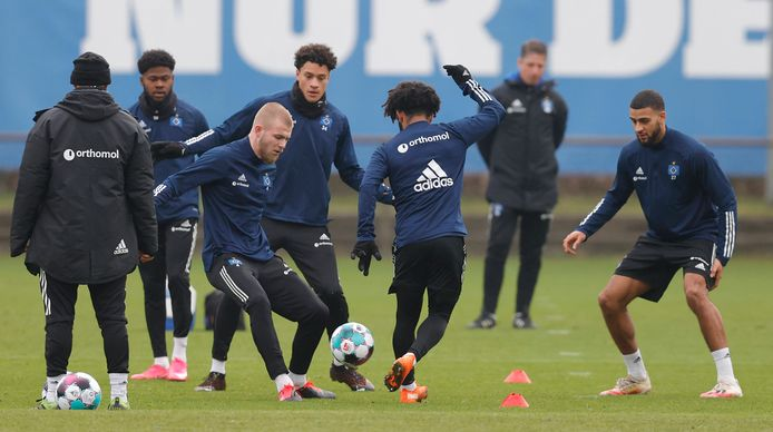 Rick van Drongelen (derde van links) speelde afgelopen weekeinde voor het eerst weer in een 11 tegen 11-partij bij Hamburger SV.