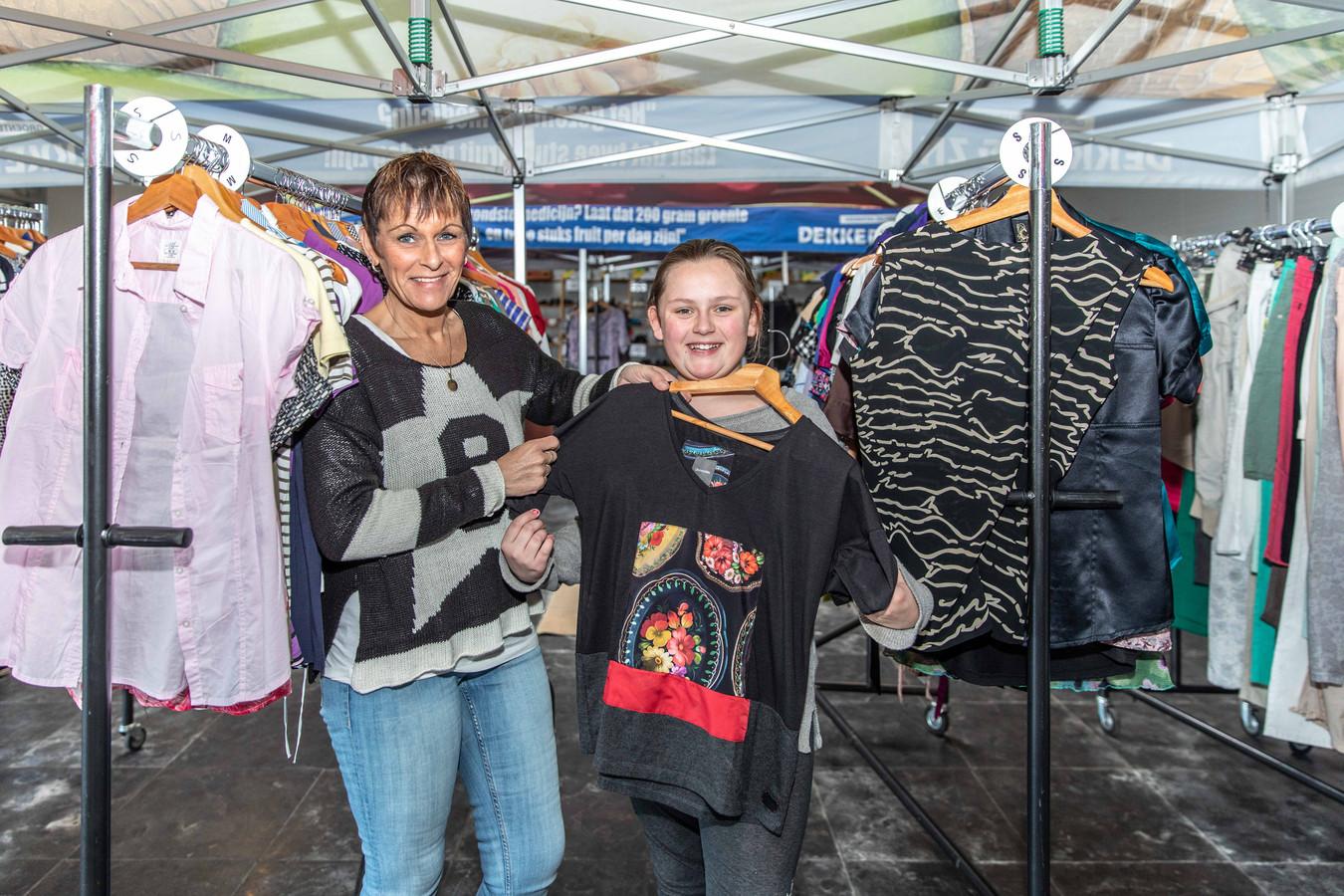 moeder Bianca Minnaard en dochter Mandy Heltzel; snuffelen tussen de rekken en tafels naar een leuke outfit; kruiningen; tweedehands kleding markt; 2019;