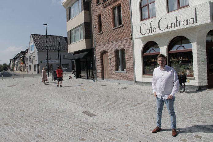 Aad De Marez van Café Centraal aan de vernieuwde Markt van Oostrozebeke, waar hij straks een terras mag zetten.