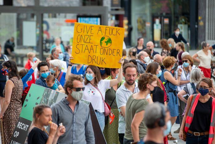 Tijdens een protestactie op 4 juli eisten demonstranten duidelijkheid en transparantie aangaande het dossier rond de PFOS-vervuiling in de haven van Antwerpen en omgeving.