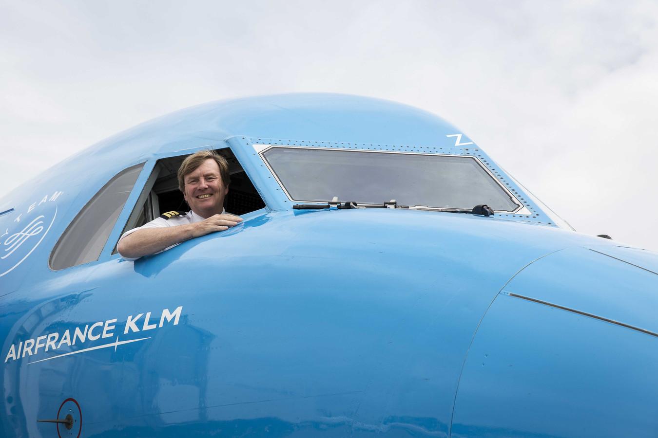 Koning Willem-Alexander in de cockpit van een KLM Cityhopper.