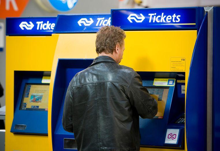 Een reiziger koopt een treinkaartje uit een automaat. Nog maar 18 procent van de kaartjes  wordt aan het loket gekocht.  Beeld Hollandse Hoogte, ANP XTRA