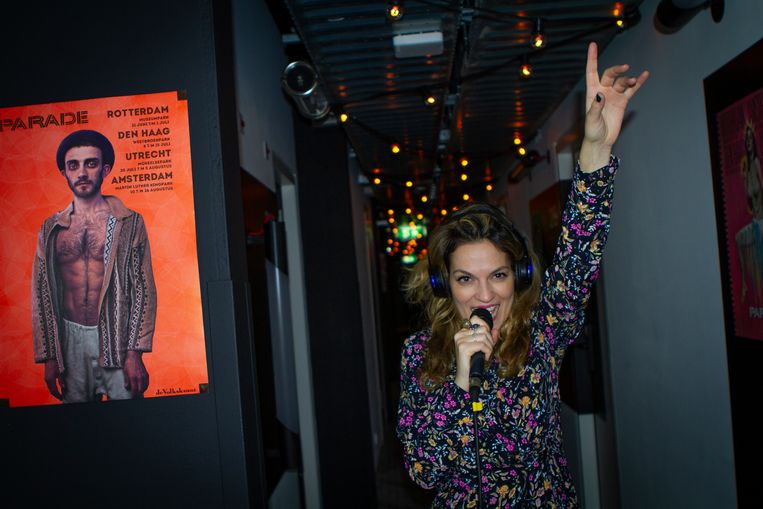 Stephanie Louwrier treedt op in de gang van het Zoku Hotel, in het kader van De Parade Gaat Door. Beeld Foto Melvin Simons